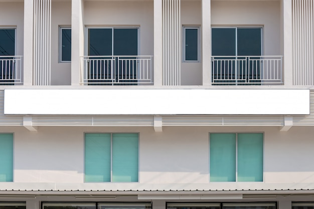 Modellbild der weißen schirmposter der leeren anschlagtafel und des geführten schaufensters für die werbung