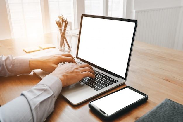 Modellbild des abschlusses herauf die geschäftsfrau, die mit smartphonelaptop und dokumenten im büro, modellkonzept arbeitet