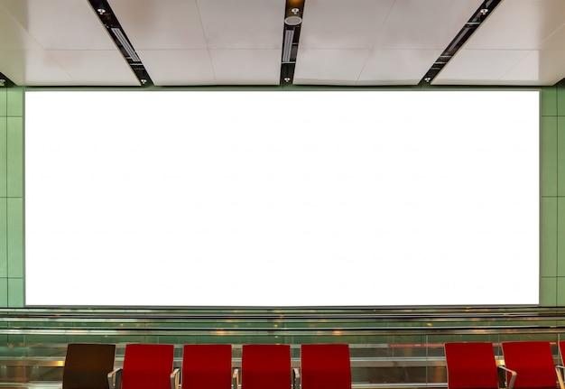 Modellbild des unbelegten anschlagtafelplakers und geführt in der flughafenterminalstation für die werbung