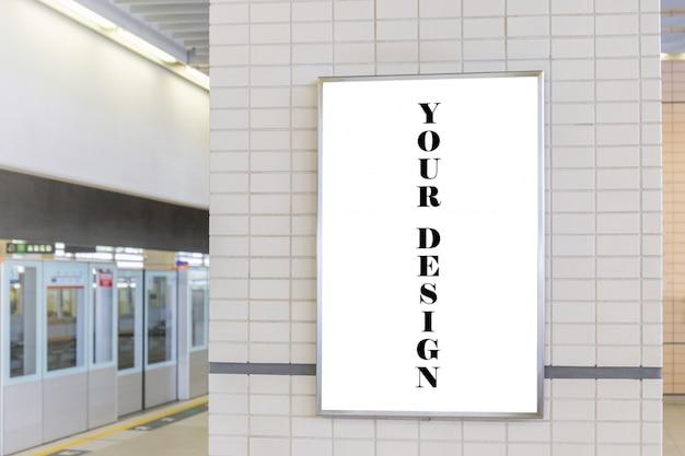 Modellbild des weißen schirmes der leeren anschlagtafel in der u-bahnstation für die werbung