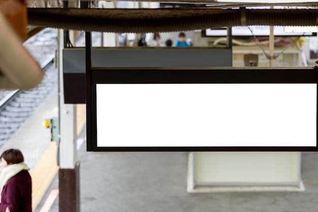 Modellbild des weißen schirmplakats der leeren anschlagtafel und in der u-bahnstation für die werbung geführt
