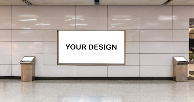 Modellbild von plakaten des weißen schirmes der leeren anschlagtafel und in der u-bahnstation für die werbung geführt