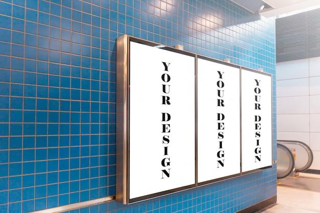 Modellbild von plakaten des weißen schirmes der leeren anschlagtafel und in der u-bahnstation geführt