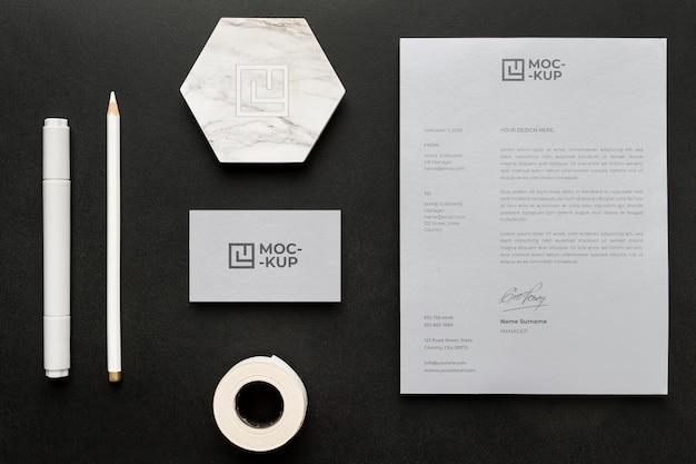 Modellbriefpapier auf holzanordnung