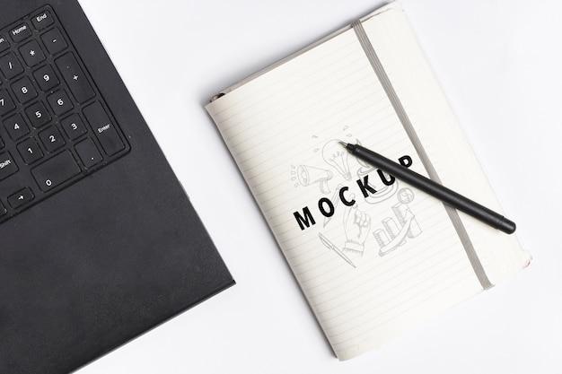 Modelldesktopkonzept mit laptop