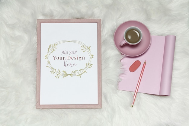 Modellfotorahmen auf weißem pelzhintergrund mit rosa anmerkungen und tasse kaffee