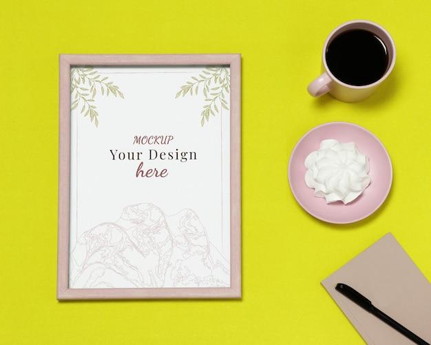 Modellfotorahmen mit anmerkungen und tasse kaffee auf gelbem hintergrund