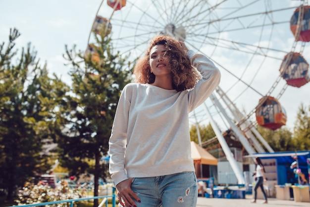 Modellfrau mit leerer sweatshirt-modellschablone