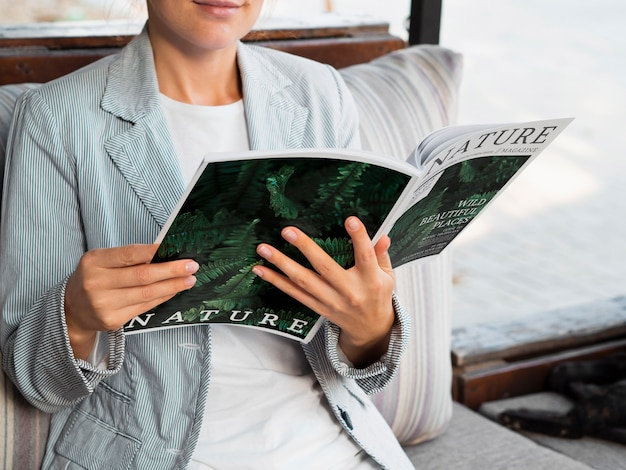 Modellfrauen-lesezeitschrift über natur