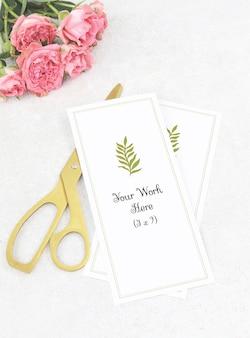 Modellhochzeitsmenü mit goldenen scheren und rosa rosen