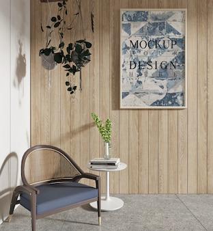Modellplakat im wohnzimmer mit sessel und hängender pflanze