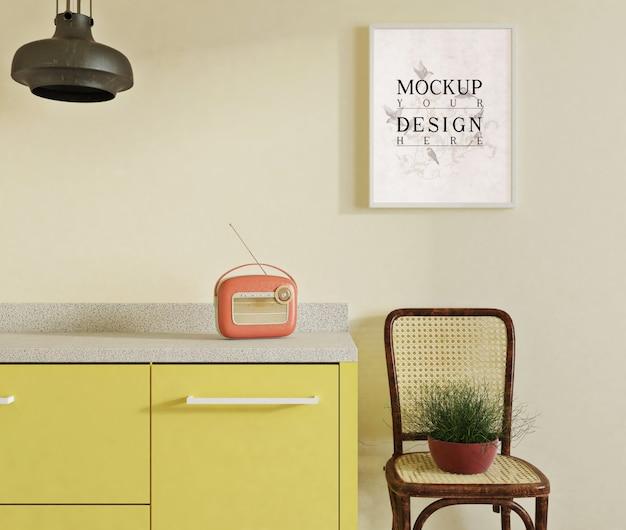 Modellplakat in der modernen küche mit seitenstuhl