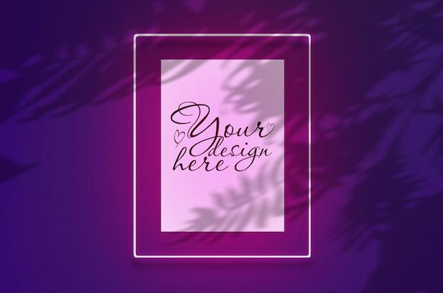 Modellplakat in einem neonrahmen mit einem rosa glühen. szene auf violetter wand mit tropischen überlagerungspalmenschatten mit freiem raum nach innen