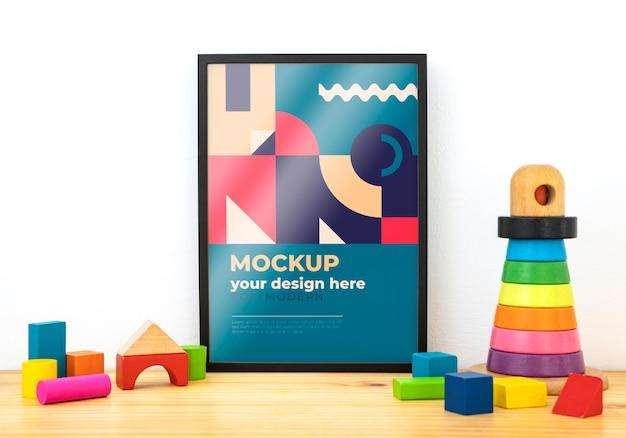Modellrahmen auf schreibtisch mit spielzeugblöcken