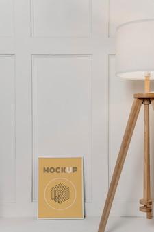 Modellrahmen neben lampe