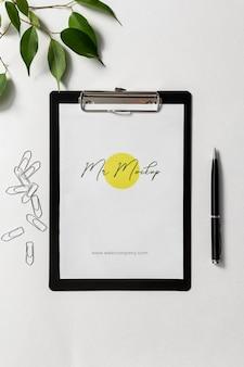Moderne business-zwischenablage-mock-up-anordnung