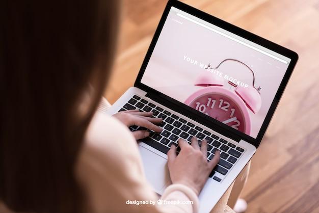 Moderne frau arbeitet am laptop