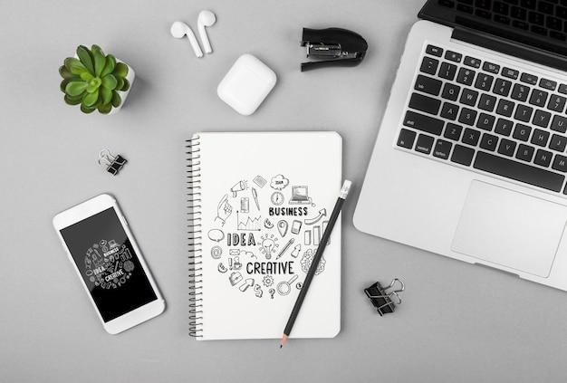 Moderne geräte auf dem schreibtisch im büro