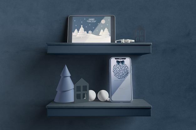 Moderne tablette auf regal mit weihnachtsmotiv