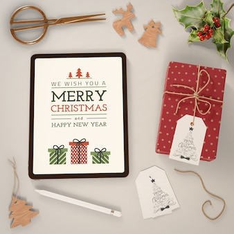 Moderne tablette mit fröhlicher weihnachtsbotschaft