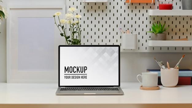 Moderner arbeitstisch mit laptop-modell