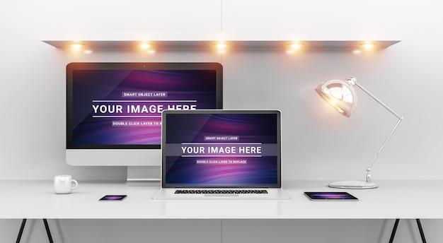 Moderner bürodesktop mit computer und gerätemodell