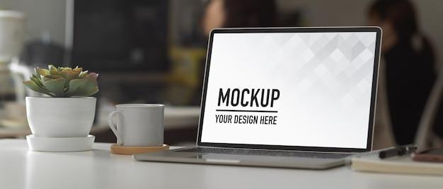 Moderner büroraum mit modellbildschirmtablette