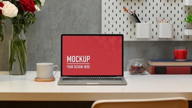 Moderner home-office-schreibtisch mit laptop-modell