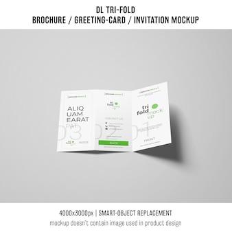 Modernes dreifachgefaltetes broschüren- oder einladungsmodell auf grauem hintergrund