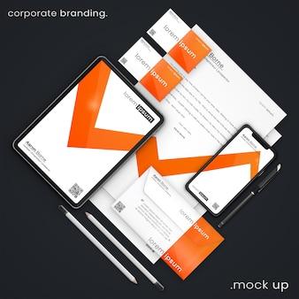 Modernes geschäftsbriefpapiermodell der visitenkarten, des apfels iphone x, des apfels ipad, der buchstaben a4, des umschlags, des stiftes und der bleistifte, unternehmensbranding psd-modell oben