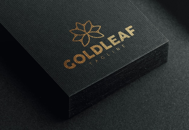 Modernes logo-modell auf schwarzer visitenkarte