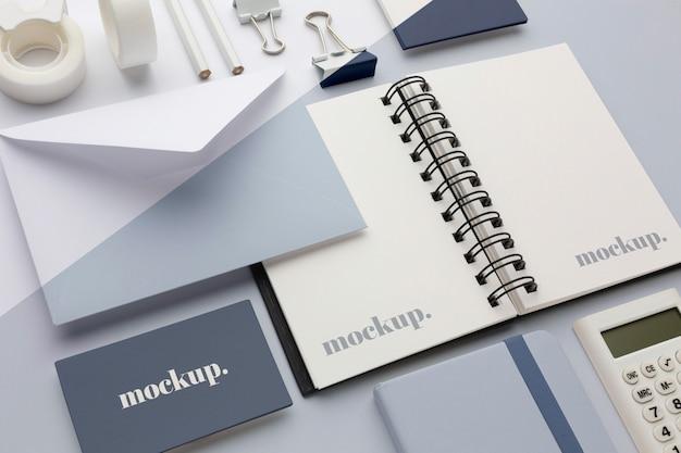 Modernes schreibwaren-mock-up-arrangement