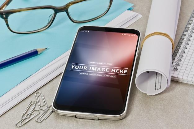 Modernes smartphone auf einem desktop-modell