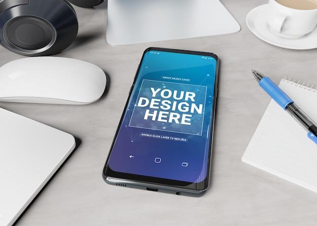 Modernes smartphone, das auf ein tischplattenmodell legt