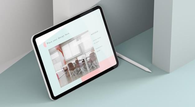 Modernes tablet-modell mit hohem winkel und stift