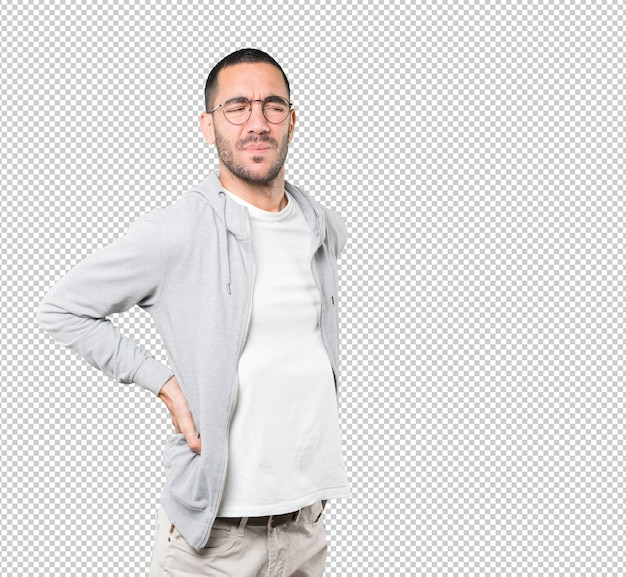 Müder junger mann, der gegen transparente oberfläche aufwirft