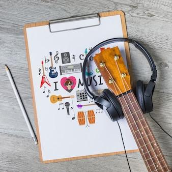 Musikmodell mit gitarre auf klemmbrett