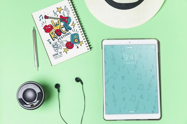 Musikmodell mit kopfhörern und tablette in der draufsicht