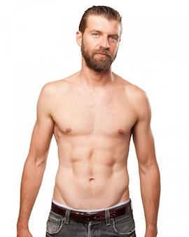 Muskulöser mann, der seine abs zeigt