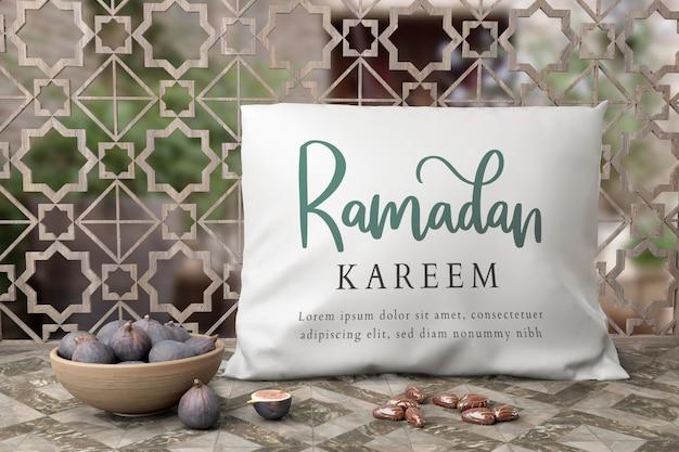 Muslimische neujahrsarrangement mit feigen und kissen
