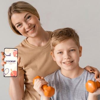 Mutter-kind-übung mit mittlerem schuss