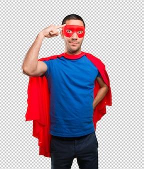 Nachdenklicher superheld mit konzentrationsgeste