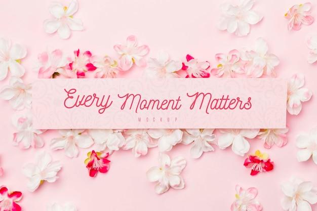 Nachrichtenmodell umgeben von jasminblüten