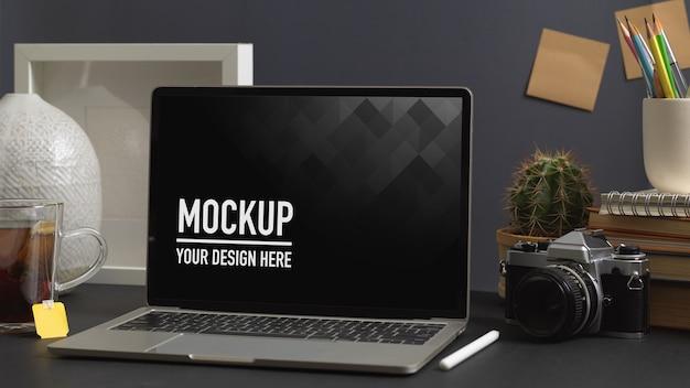 Nahaufnahme ansicht des arbeitsbereichs mit laptop-modell im home-office-raum