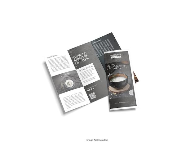 Nahaufnahme auf dreifach gefaltetes broschürenmodell isoliert