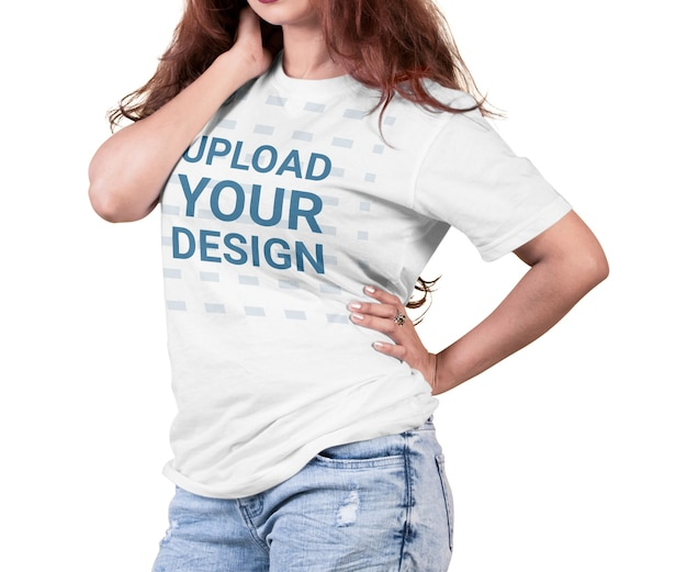 Nahaufnahme auf frau, die t-shirt modell isoliert trägt