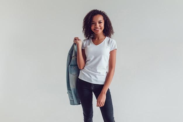 Nahaufnahme auf junge frau, die t-shirt modell trägt