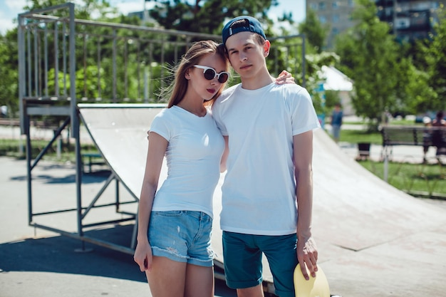 Nahaufnahme auf junges paar, das mockup t-shirt trägt