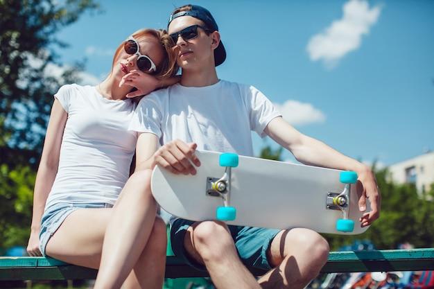 Nahaufnahme auf junges paar, das skateboard-modell hält