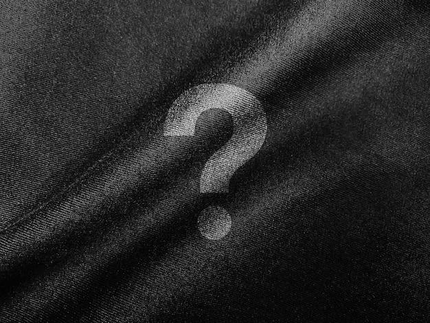 Nahaufnahme auf logo-modell auf dunklem stoff